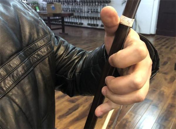 二胡教程:小拇指够不到弦怎么办?